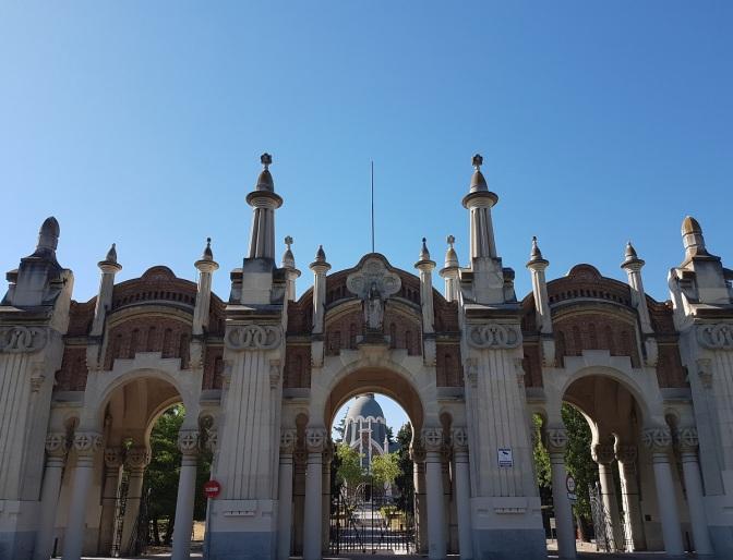 Portada del cementerio de la Almudena